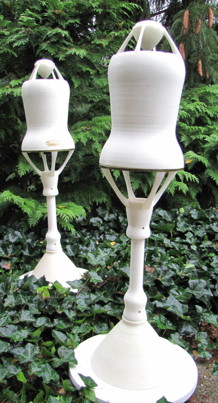 2 OMni Lautsprecher in der Natur, frei stehend auf schönen, stabilen Ständern