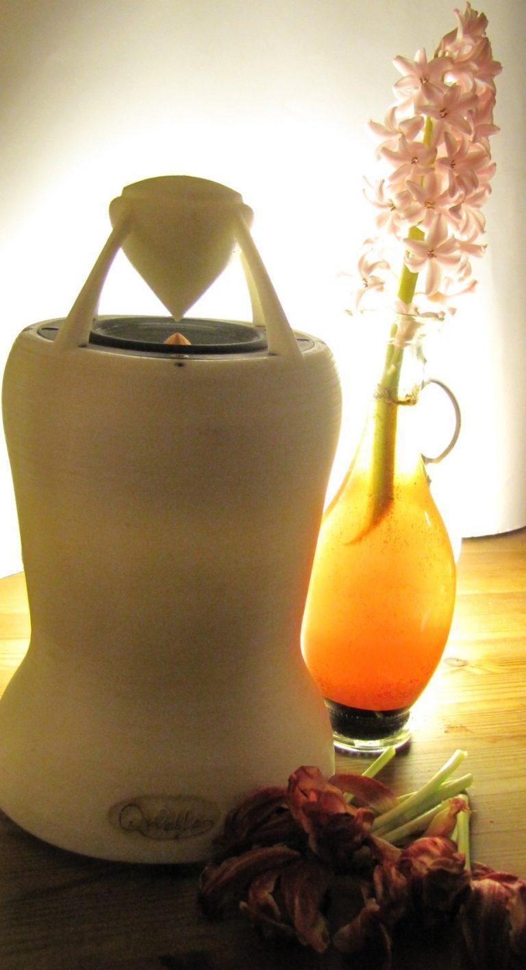 ein strahlender Omni Lautsprecher mit einem strahlenden Kristall-Herz