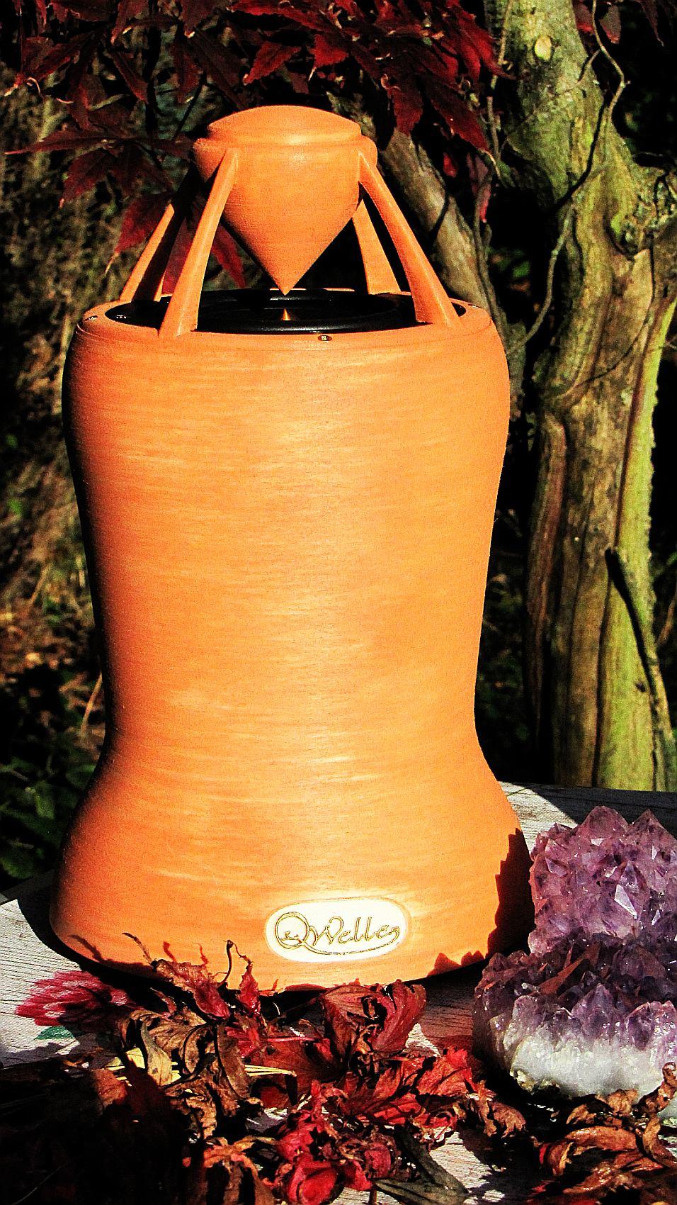 wunderschoener OMnidirektionaler Lautprecher in orange-farbenem Holzöl